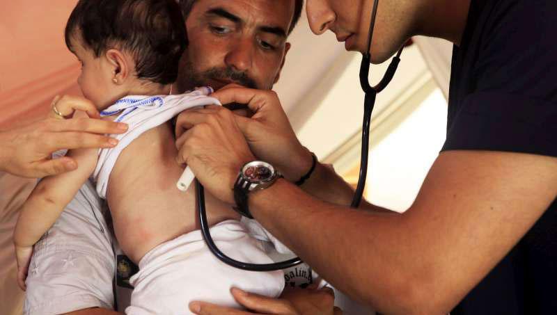 doctor_examining_child